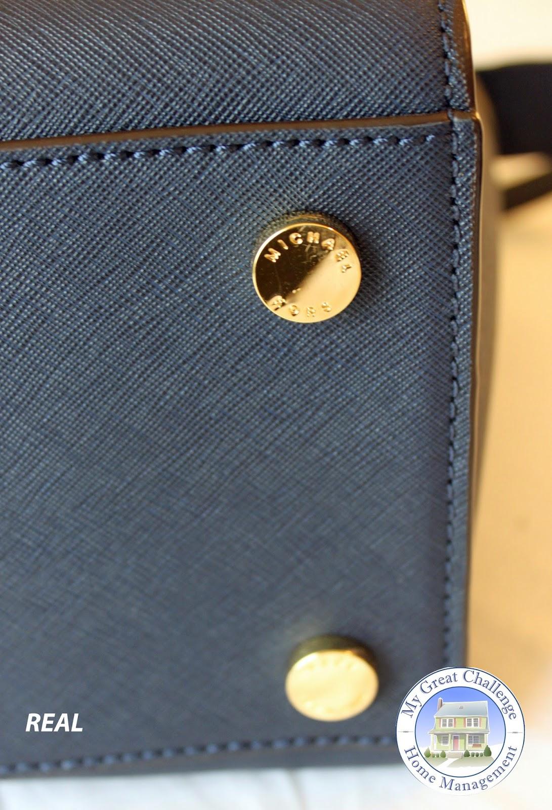 07ae074fc4 J'ai oublié de prendre en photo le faux sac… Oops! Le vrai sac dispose  d'une gravure de la marque Mickael Kors comme vous pouvez le voir, alors  que le faux ...
