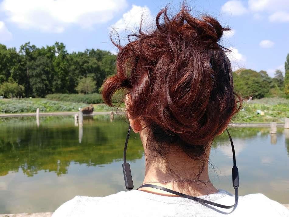 casque sans fil Vasa BLA de Sudio porté par une femme de dos