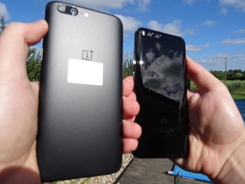 OnePlus 5 VS Xiaomi mi6 - meilleurs smartphones chinois 2017 - dans la main arriere