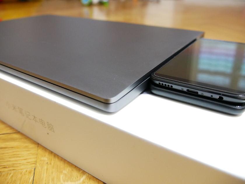 Test Xiaomi Mi Notebook Pro epaisseur de deux smartphones